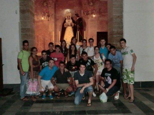 """<p style=""""text-align: justify;"""">Visita que rindieron a nuestros Titulares los grupos jóvenes del Despojado de Cádiz y Sevilla.</p> <p>Autor: Ismael Pampará Fernández</p> <p></p>"""